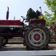 ジャグロンズのイノベーション②「フリッカー式肥料散布機ササキBF200&小松インターナショナルトラクタ272」
