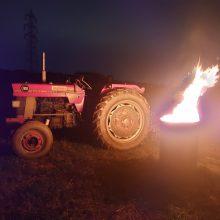 燃える男の炎のトラクター